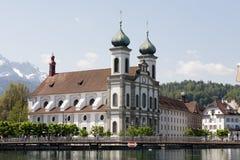 Alfalfa, iglesia de la jesuita abajo por el río Reuss Imagen de archivo libre de regalías