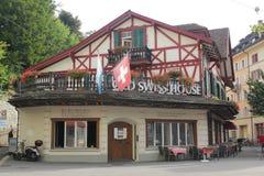 Alfalfa, Suiza - agosto 30,2017: Casa de madera hermosa en la madrugada foto de archivo libre de regalías