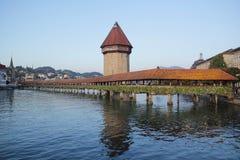 Alfalfa, Suiza - agosto 30,2017: Puente antiguo hermoso de la capilla - una pasarela de madera que atraviesa el río Reuss imágenes de archivo libres de regalías