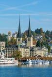 Alfalfa, Suiza - 19 de octubre de 2017: Terraplén del río Fotografía de archivo