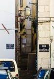 Alfama小的街道,里斯本历史的邻里  免版税库存图片