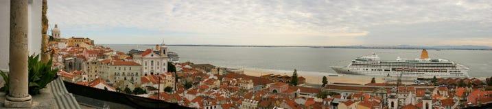 Alfama邻里和塔霍河的全景在里斯本,有红色屋顶和游轮的 库存图片
