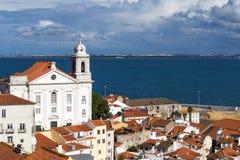 Alfama邻里的看法在里斯本和塔霍河在背景中 免版税库存图片