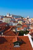 Alfama område i Lissabon med kloster av Sao Vicente de Fora arkivfoton