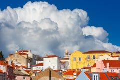 Alfama op een zonnige middag, Lissabon, Portugal stock foto's