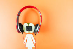 Alfanumerisk äpple och hörlurar Arkivfoton