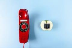 Alfanumeriskt gamla äpple och röd telefon Arkivfoton