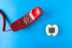 Alfanumeriskt gamla äpple och röd telefon Royaltyfri Foto