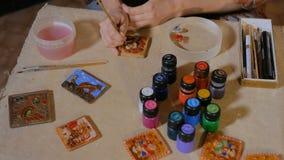Alfarero de la mujer profesional que pinta el imán de cerámica del recuerdo en taller de la cerámica almacen de metraje de vídeo