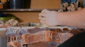 Alfarero de sexo masculino profesional que trabaja con la arcilla en la rueda del ` s del alfarero almacen de metraje de vídeo