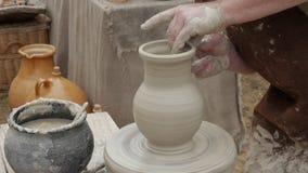 Alfarero del artista en su taller que crea una cerámica de cerámica da el primer almacen de metraje de vídeo
