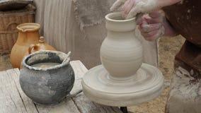 Alfarero del artista en su taller que crea una cerámica de cerámica da el primer metrajes