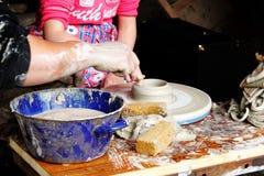 Alfarero del niño que forma la arcilla en taller Fotos de archivo libres de regalías