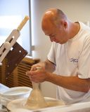 Alfarero en fábrica de la porcelana de Herend en Hungría Fotografía de archivo