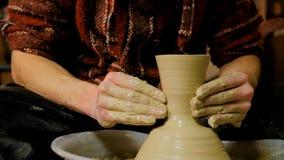 Alfarero profesional que forma la taza con en el taller de la cerámica Foto de archivo libre de regalías