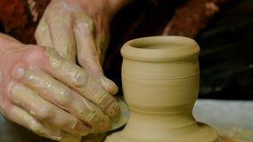 Alfarero profesional que forma la taza con la herramienta especial en taller de la cerámica Fotos de archivo