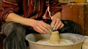 Alfarero profesional que forma la taza con la herramienta especial en taller de la cerámica Imágenes de archivo libres de regalías