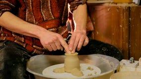 Alfarero profesional que forma la taza en taller de la cerámica Foto de archivo libre de regalías
