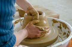 Alfarero que hace el pote de cerámica en la arcilla de la cerámica fotografía de archivo libre de regalías