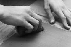 Alfarero que hace el suyo trabajo Foto de archivo libre de regalías