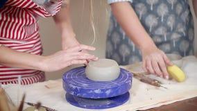 Alfareros de sexo femenino en una lección de la cerámica en clase almacen de metraje de vídeo