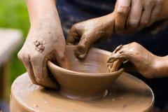 Alfareros y manos del niño Fotografía de archivo