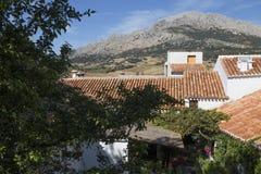 Alfarnatejo, vila branca acima no monte de montanhas de Malaga, a Andaluzia, Espanha imagens de stock