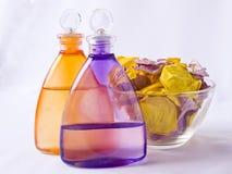 A alfazema e a arnica oleiam, as pétalas cor-de-rosa Imagem de Stock