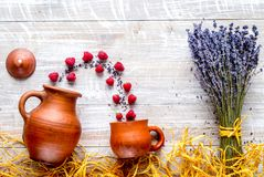 A alfazema floresce com a framboesa na opinião superior mo do fundo rústico Fotografia de Stock Royalty Free