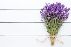 A alfazema floresce, ramalhete no fundo rústico, em cima fotos de stock