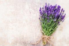 A alfazema floresce, ramalhete no fundo rústico, em cima fotografia de stock royalty free