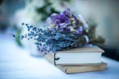 Alfazema & livros 2 fotografia de stock
