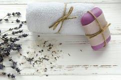 A alfazema seca floresce com sabão, toalha e sal do mar no vintage wo fotos de stock