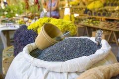 Alfazemas secas em um saco no mercado em Provence França foto de stock