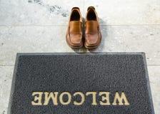 Alfombra agradable del pie de la limpieza con los zapatos Fotografía de archivo libre de regalías