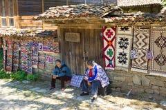 Alfombra casera de la dependienta en el pueblo búlgaro de Zheravna Fotos de archivo libres de regalías