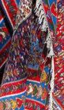 Alfombra colorida con la franja en el mercado de pulgas Imagen de archivo