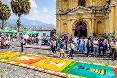 Alfombra de Domingo de Ramos delante de la iglesia, Antigua, Guatemala Foto de archivo