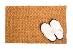 Alfombra de limpieza del pie con los zapatos hechos de las lanas de las ovejas imagen de archivo