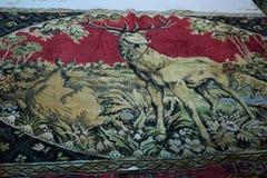 alfombra retra en la pared, representando un ciervo fotografía de archivo libre de regalías