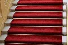 Alfombra roja en escaleras Imagen de archivo