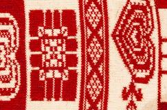 Alfombra roja y blanca étnica tradicional hecha punto Foto de archivo