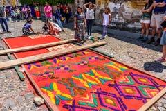 Alfombra santa de jueves del serrín del diseño del maya, Antigua, Guatemala Foto de archivo