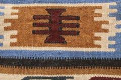 Alfombra tradicional vieja con un azul geométrico del modelo, whi de Jordania Imagen de archivo