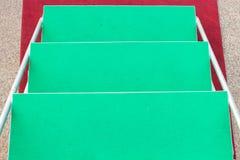 Alfombra verde en etapa de la escalera Foto de archivo