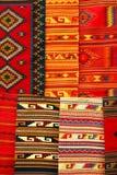 Alfombras coloridas que cuelgan en el mercado. México Imagen de archivo