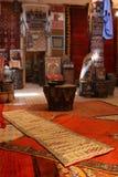 Alfombras en un marroquí adentro foto de archivo