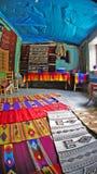 Alfombras locales de las mantas de una venta de la tienda en la ciudad de Valle del de Teotitlan, Oaxaca, México imagen de archivo libre de regalías