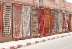 Alfombras marroquíes en una pared foto de archivo