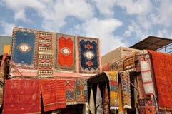 Alfombras marroquíes para la venta Fotos de archivo